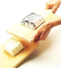 presser le tofu entre deux planches de bois